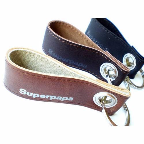 Schlüsselanhänger für Superpapas aus Leder mit optionalem Wunschtext innen