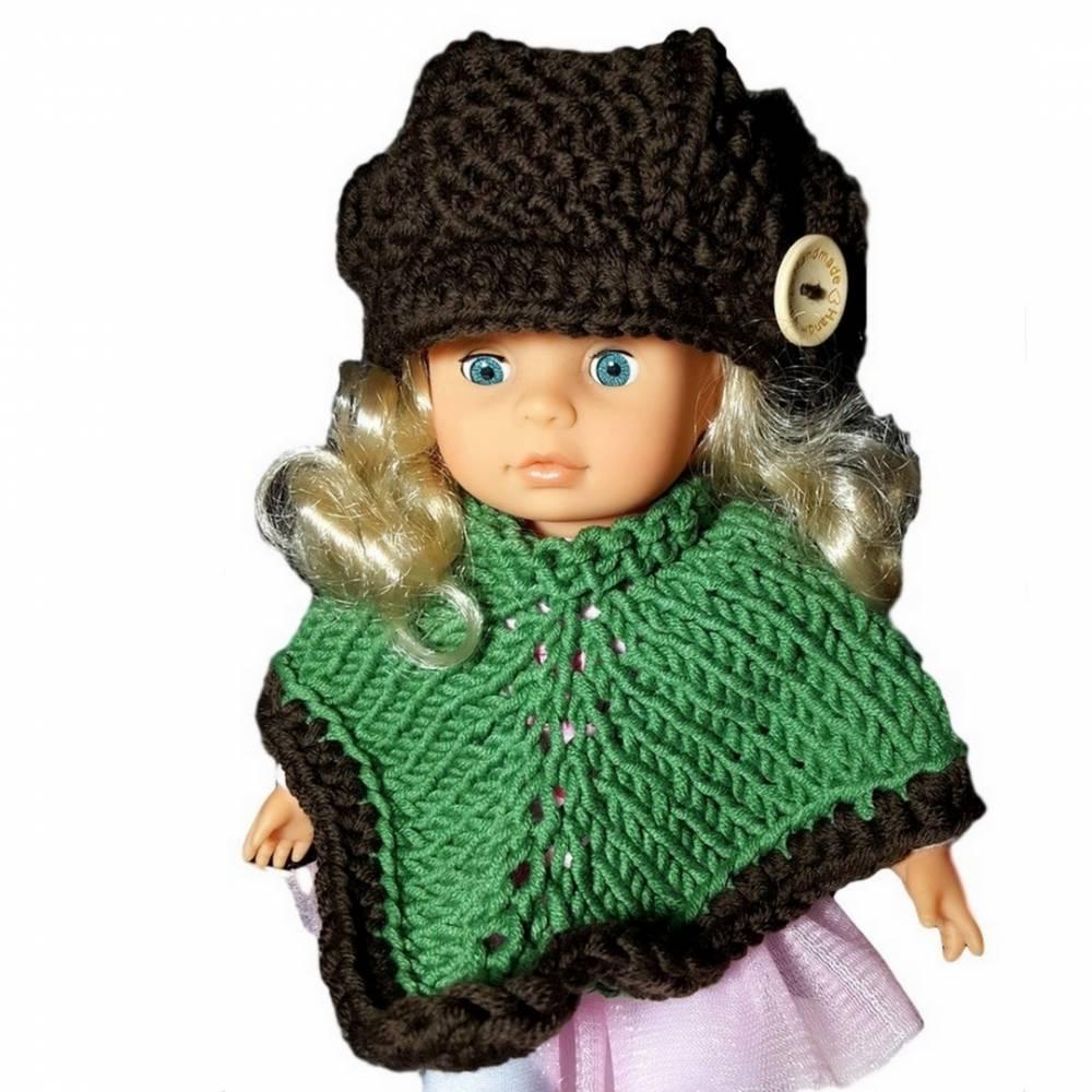 Puppenset Poncho in Grün und Mütze in Dunkelbraun für ein schlankes Puppenkind von 22- 30 cm Größe, gestrickt und gehäkelt aus hochwertiger Wolle Bild 1