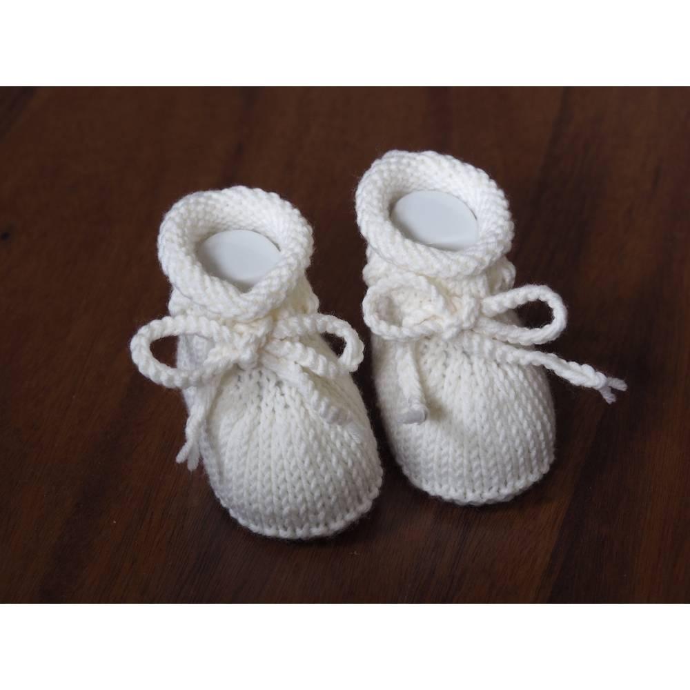 weiße Taufschuhe 0-3 Monate gestrickte Babyschuhe aus Wolle Bild 1
