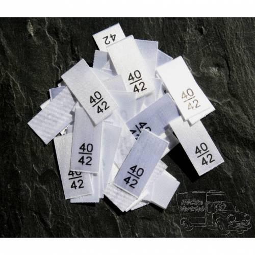 25 Größenetiketten in verschiedenen Ausführungen von Größe 40/42 bis 164/170 auf Polyesterband
