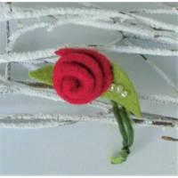 Filzblume rot Filzbrosche Filzschmuck aus Wolle zur Rosenblüte gestaltet mit Rocaillesperlen verziert Bild 1