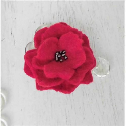 gefilzte Blume rot mit Rocaillesperlen