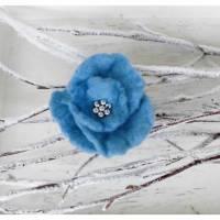 Filzbrosche Filzschmuck Filzblume hellblau mit silbernen Rocaillesperlen Bild 1