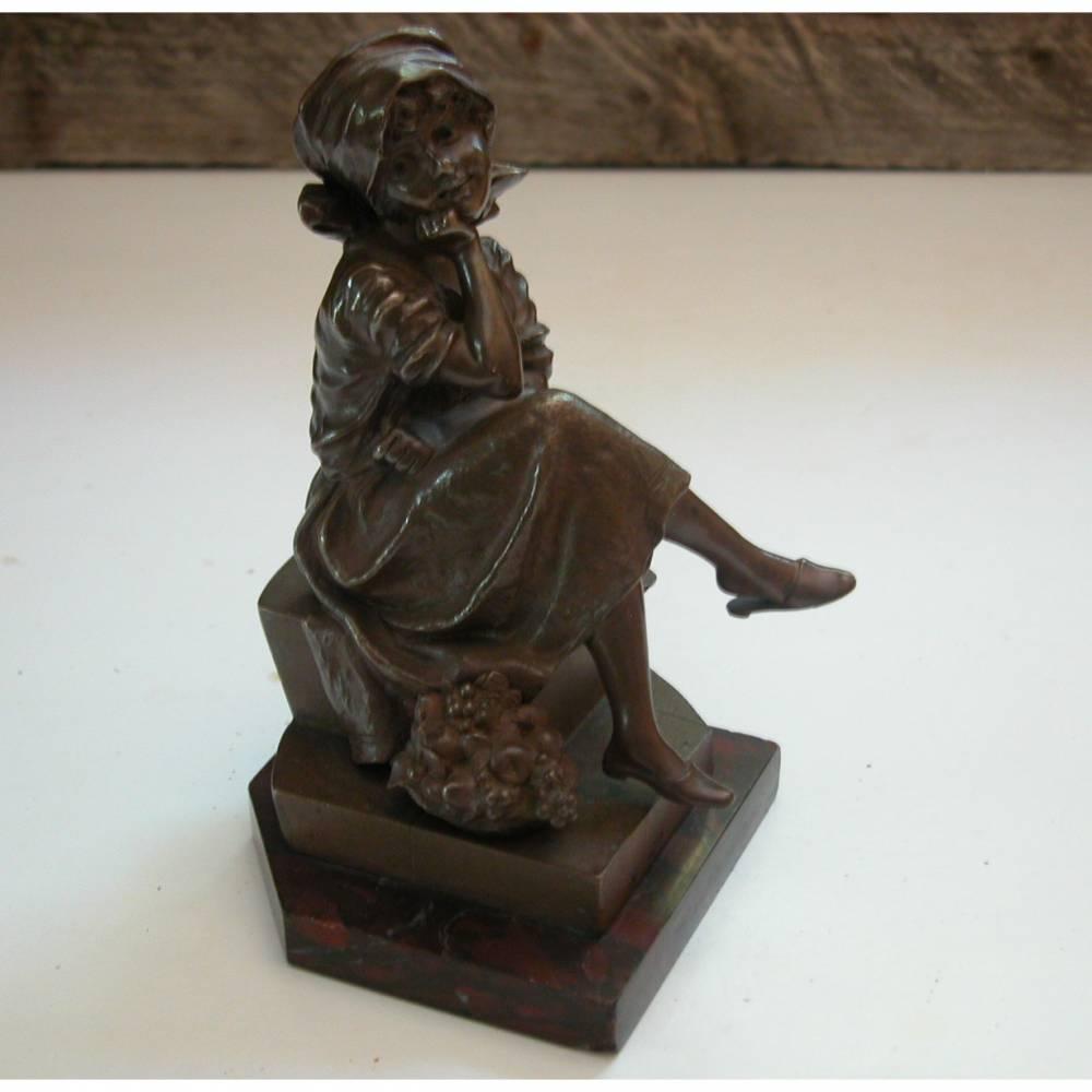 Die Mädchen Skulptur aus Bronze ist ca. 15 cm hoch plus Sockel aus Marmor mit ca. 1,5 cm. Die Figur ist signiert mit: M. Lindenberg. Bild 1