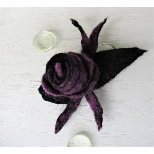 Filzbrosche gefilzte Rosenblüte lila schwarz