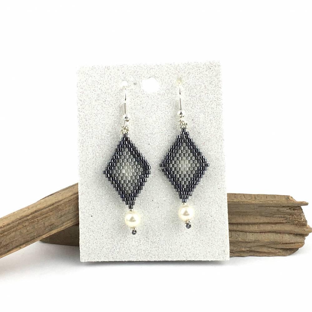Ohrringe - Form Raute - in grau-silber  - aus Glasperlen handgefädelt Bild 1