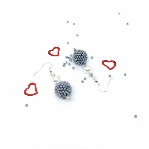 Perlen-Ohrringe mit handgefädelten grauen Kugeln - versilberte Ohrhaken