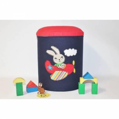 BigBox - Große Aufbewahrungsbox / Aufbewahrungsdose in dunkelblau mit Stickerei Hase im Flugzeug / Sammelbox mit gepolstertem Deckel