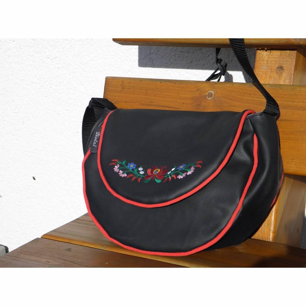 Schicke halbrunde Umhängetasche in schwarz mit ungarischer Blumenstickerei, aus Kunstleder mit rotem Innenfutter, handgemacht, bestickt von Dieda! Bild 1