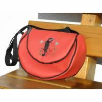 halbrunde Umhängetasche in rot mit Tattoogirl bestickt, aus Kunstleder, handgemacht, bestickt von Dieda! Bild 1