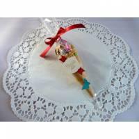 Gastgeschenk zur Einschulung, eine mit Süßigkeiten befüllte Eiswaffel