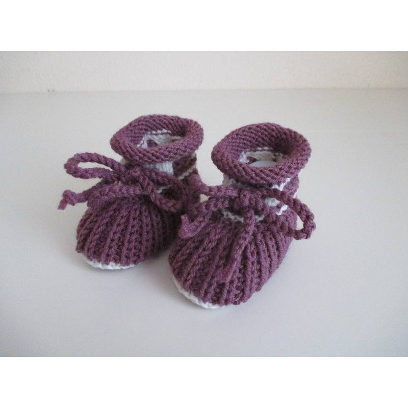 handgestrickte Babyschuhe 0-3 Monate lila weiß aus Wolle Patentmuster Bild 1
