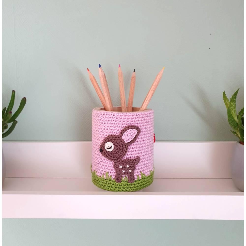 Stiftebecher für Kinder mit Reh und Fliegenpilz, Holzbecher Utensilo gehäkelt von Savö-Design Bild 1