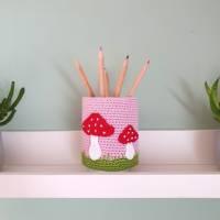 Stiftebecher für Kinder mit Reh und Fliegenpilz, Holzbecher Utensilo gehäkelt von Savö-Design Bild 2