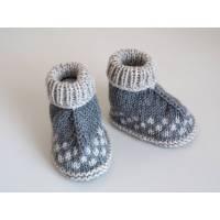 grau beige Babyschuhe Hüttenschuhe aus Wolle von Hand gestrickt Größe 3-6 Monate für Jungen und für Mädchen Bild 1