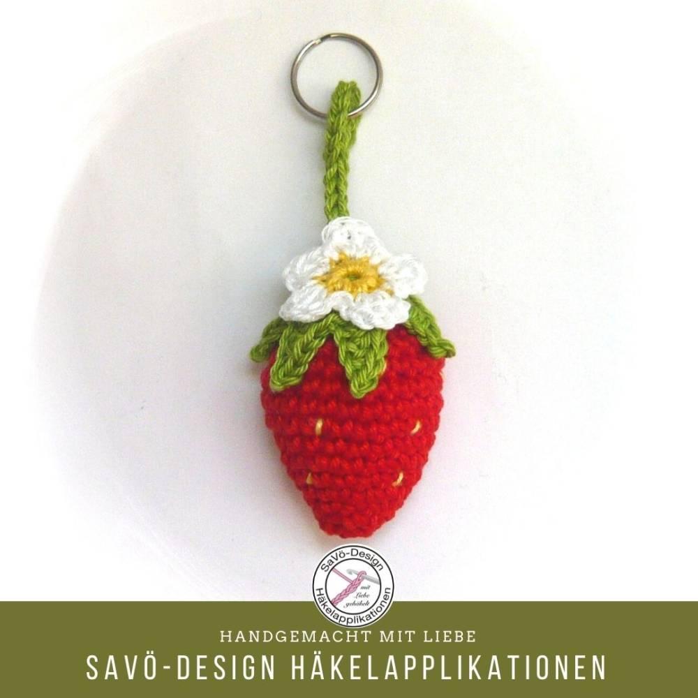 Erdbeere Schlüsselanhänger, gehäkelter Taschenanhänger Erdbeer mit Blüte Bild 1