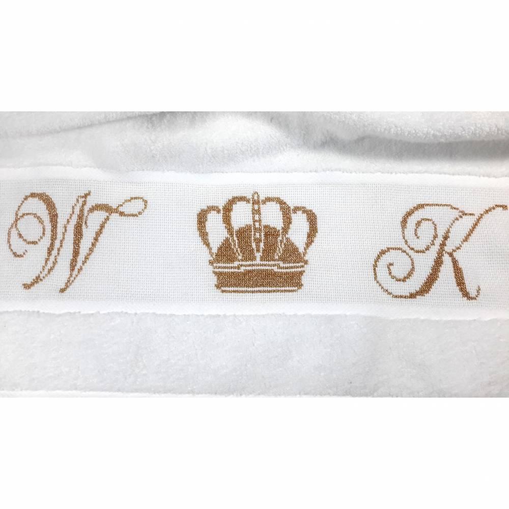 handbesticktes Handtuch - personalisiert mit Krone Bild 1