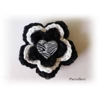 1 Häkelrosette mit einem Herz Safari Look - schwarz, weiß Bild 1