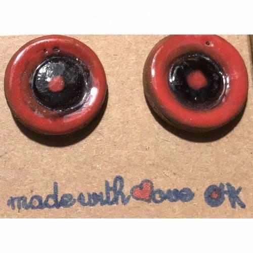 Runde Keramik-Ohrstecker, schwarz-rot glasiert