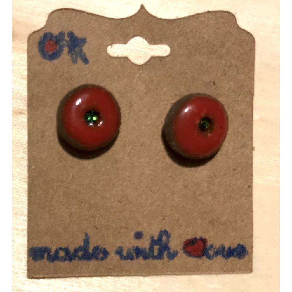 Minimalistische runde Keramik-Ohrstecker, rot glasiert mit grünem Swarovski-Steinchen Bild 1