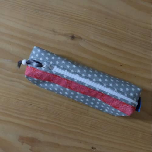 kleines Federmäppchen aus beschichteter Baumwolle,  hellgrau mit Sternen, rotes Webband