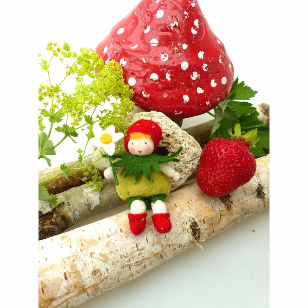 Blumenkind Erdbeere für den Jahreszeitentisch im Sommer, Filzpüppchen Bild 1