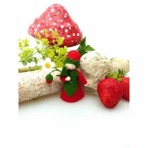 Blumenkind Erdbeere, Jahreszeitentisch Sommer, Filzpüppchen, Deko-Filz-Figur