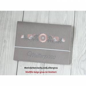 Mutterpasshülle aus Wollfilz mit Blumenranke