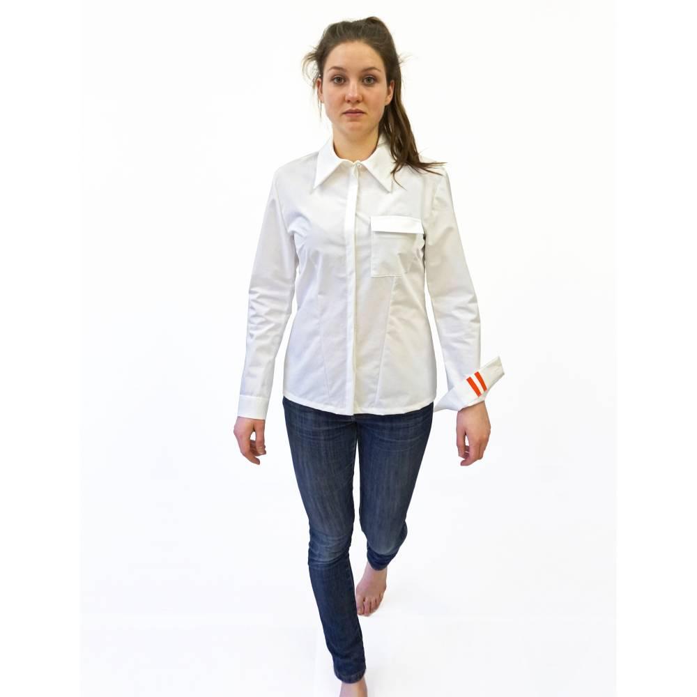 taillierte BLUSE mit Tasche, verdeckter Knopfleiste und Siebdruck Bild 1