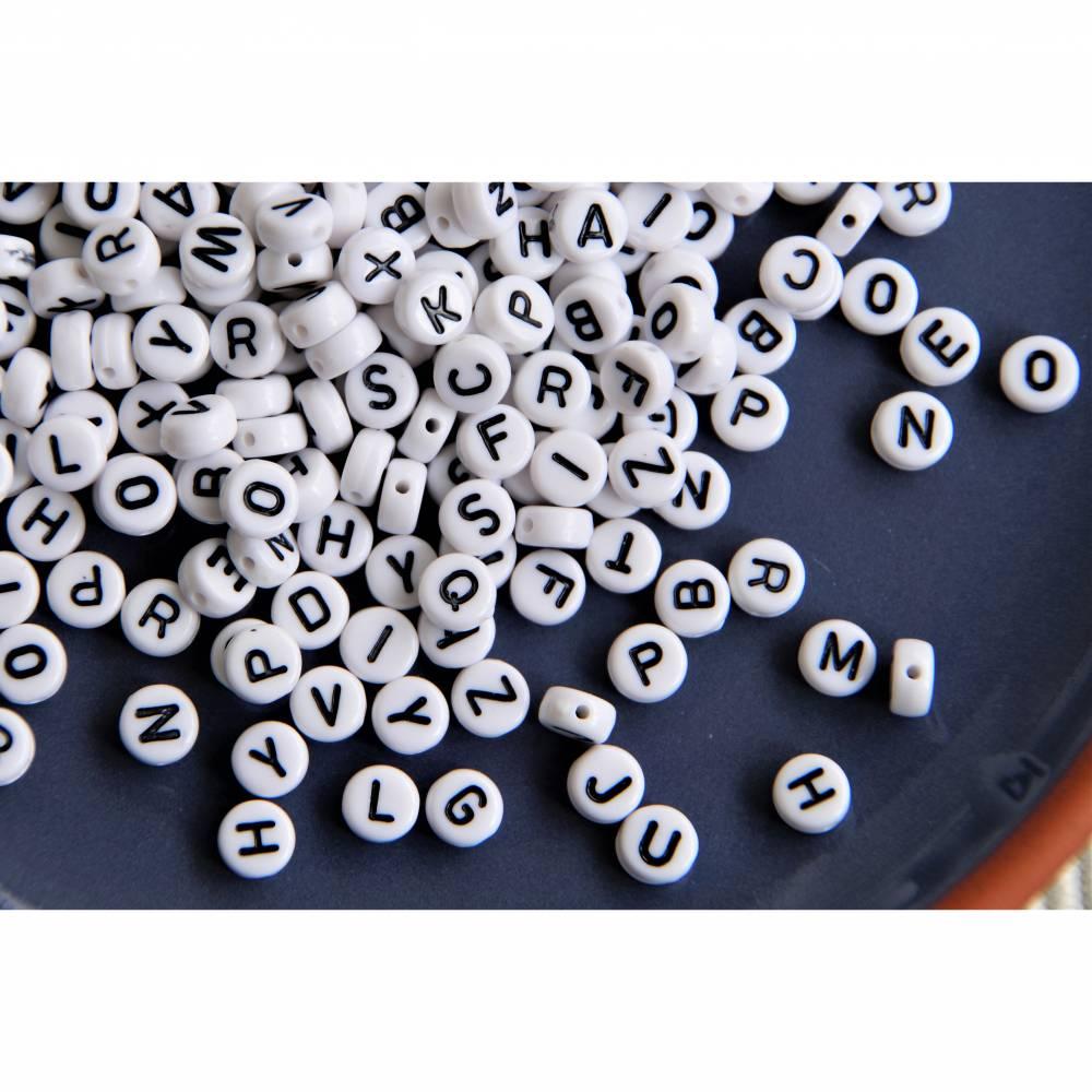 500 Buchstabenperlen Mix Buchstaben weiß / schwarz A-Z  7mm Bild 1