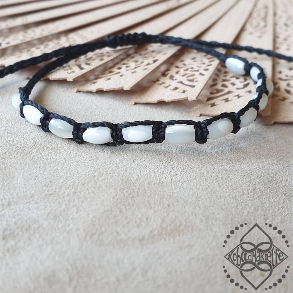Armband mit weiss schimmerndem Perlmutt - unisex Frau Mann - Größenverstellbar - Makramee - Koboldmakielfe Bild 1