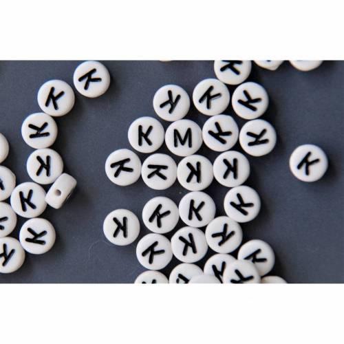 25 Buchstabe K  Buchstabenperlen  Buchstaben weiß / schwarz  7mm