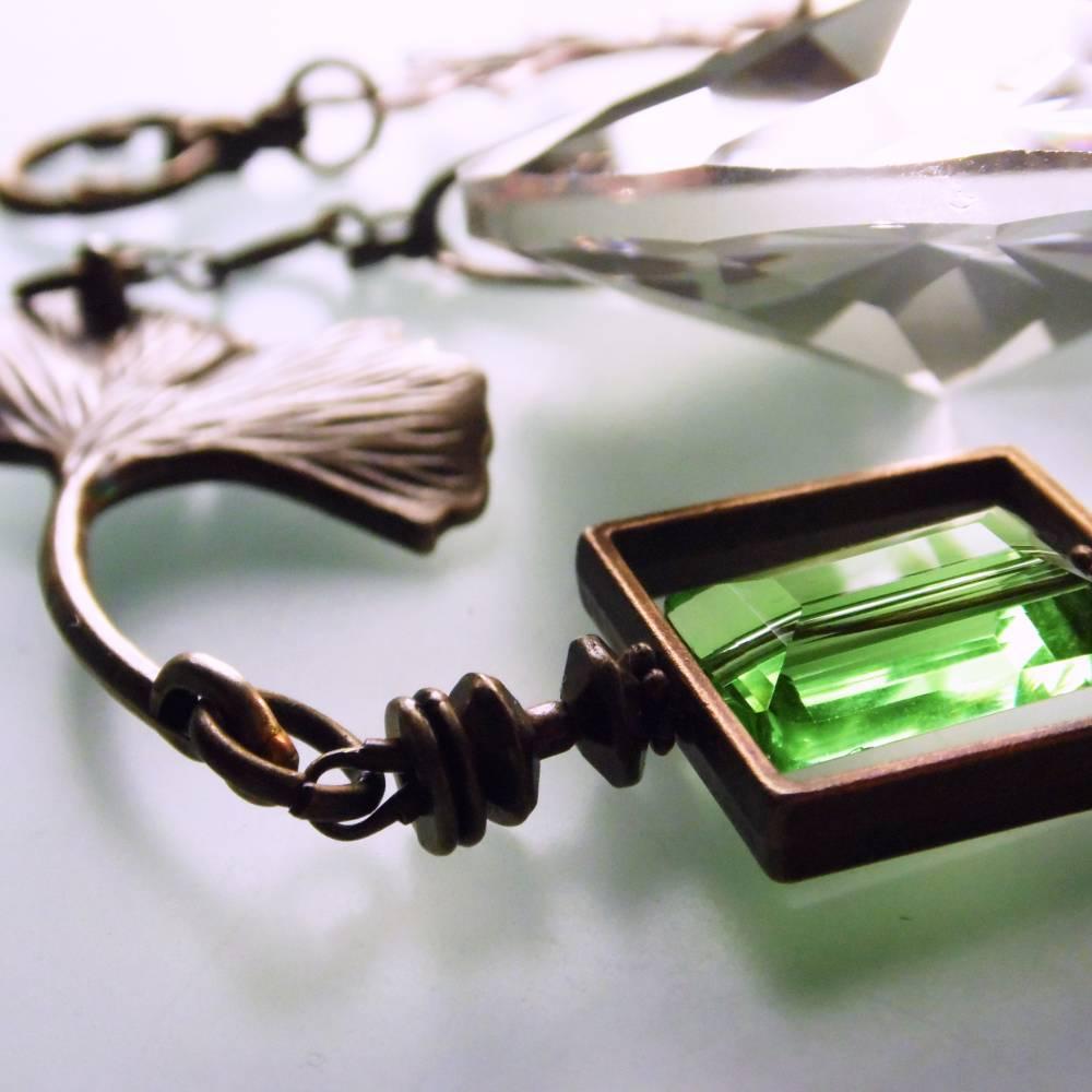 Sonnenfänger Ginkgo mit großem Regenbogen Kristall, grünen Kristallperlen und Bronze  Bild 1