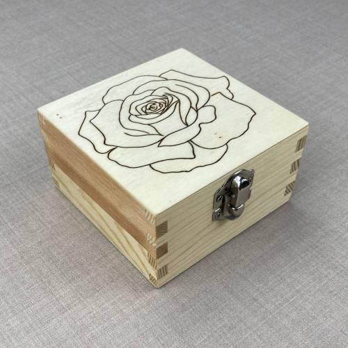 Rose Holzbox, handgebrannt, Blumen Schmuckbox, Brandmalerei