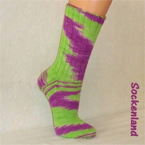 handgestrickte Socken, Strümpfe Gr. 39/40, Damensocken in grasgrün mit lila, Einzelpaar