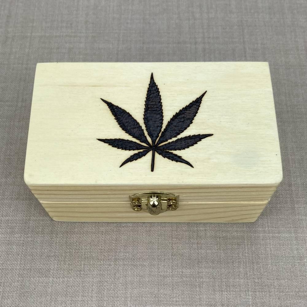 ABVERKAUF -40% handgebrannte Hanfblatt Holzbox, kleine Stoner Schmuckbox, Brandmalerei Bild 1