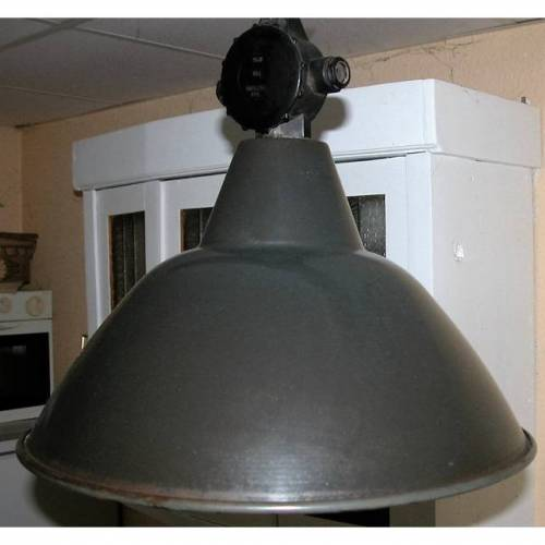Industrie-Lampe,DDR der 60er Jahre aus Berlin Grünau,Emailierte Lampe mit Gebrauchsspuren
