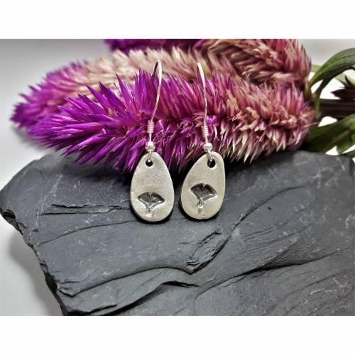 tropfenförmige Ohrhänger mit Ginkgoblatt aus 999 Silber, patiniert