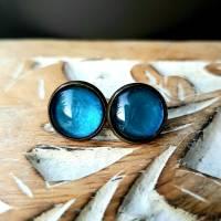 Ohrringe Cabochonschmuck Ohrstecker handbemalt blau schimmernd Bild 1