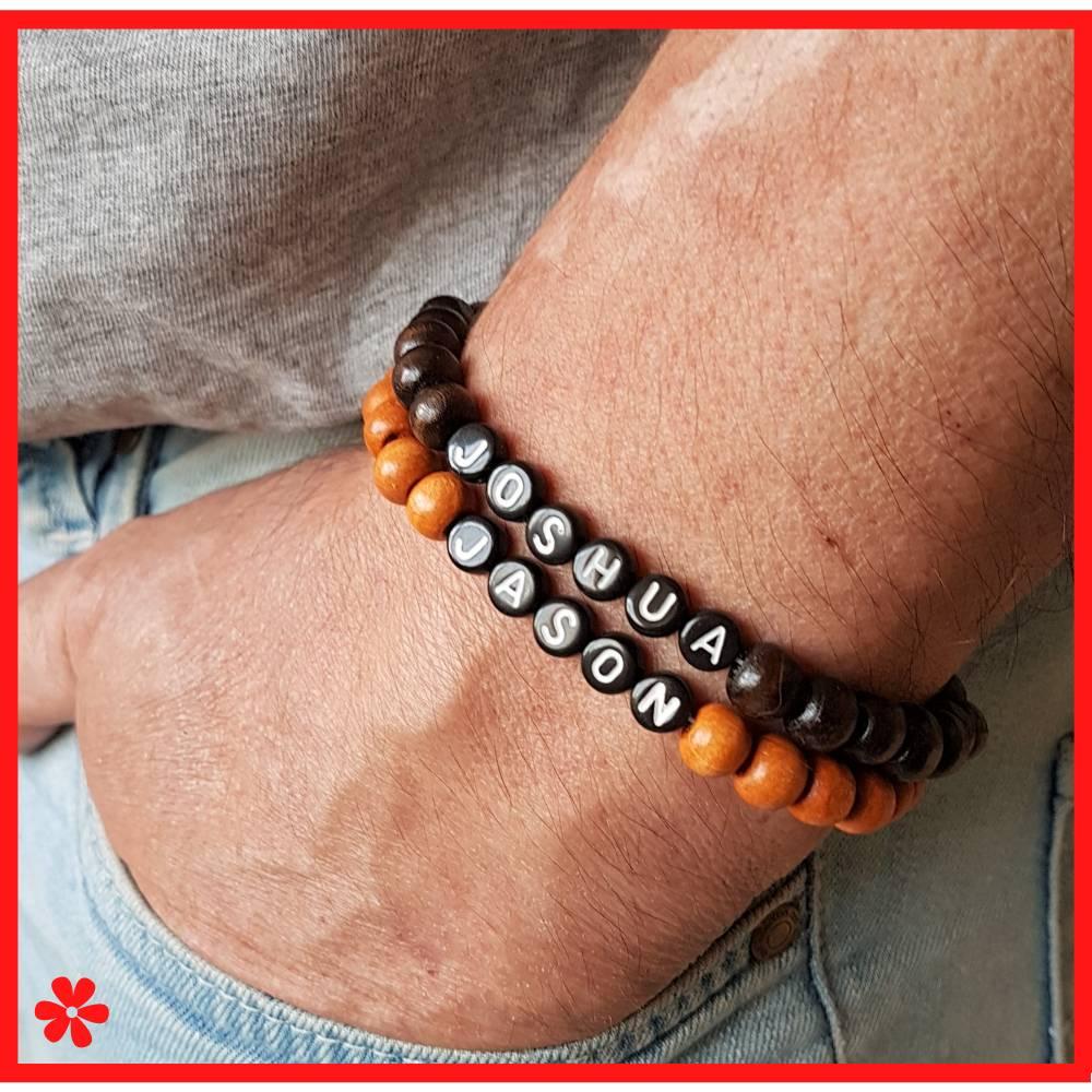 Holz Perlen Armband mit Namen personalisiert, Buchstaben schwarz weiß, Stretchband Holzperlen Dunkelbraun Karamell Braun Bild 1