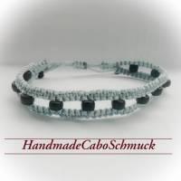 geknüpftes Makrame/Makramee Armband in blau/grau/silber mit matt schwarzen Perlen Bild 1