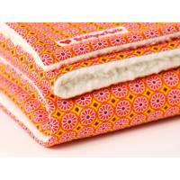 Baydecke mit orangenen Blümchen, Kuscheldecke, mit Baby unterwegs, Baumwolldecke, Baumwollteddy, von Lieblingsschnitte Bild 1