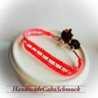 geknüpftes Makrame/Makramee Armband in pink mit versilberter Perlen und Karabiner Verschluss Bild 1