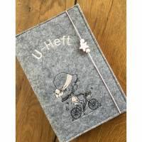Bestickte U-Hefthülle aus Filz mit Namen und Geburtsdatum  Bild 1