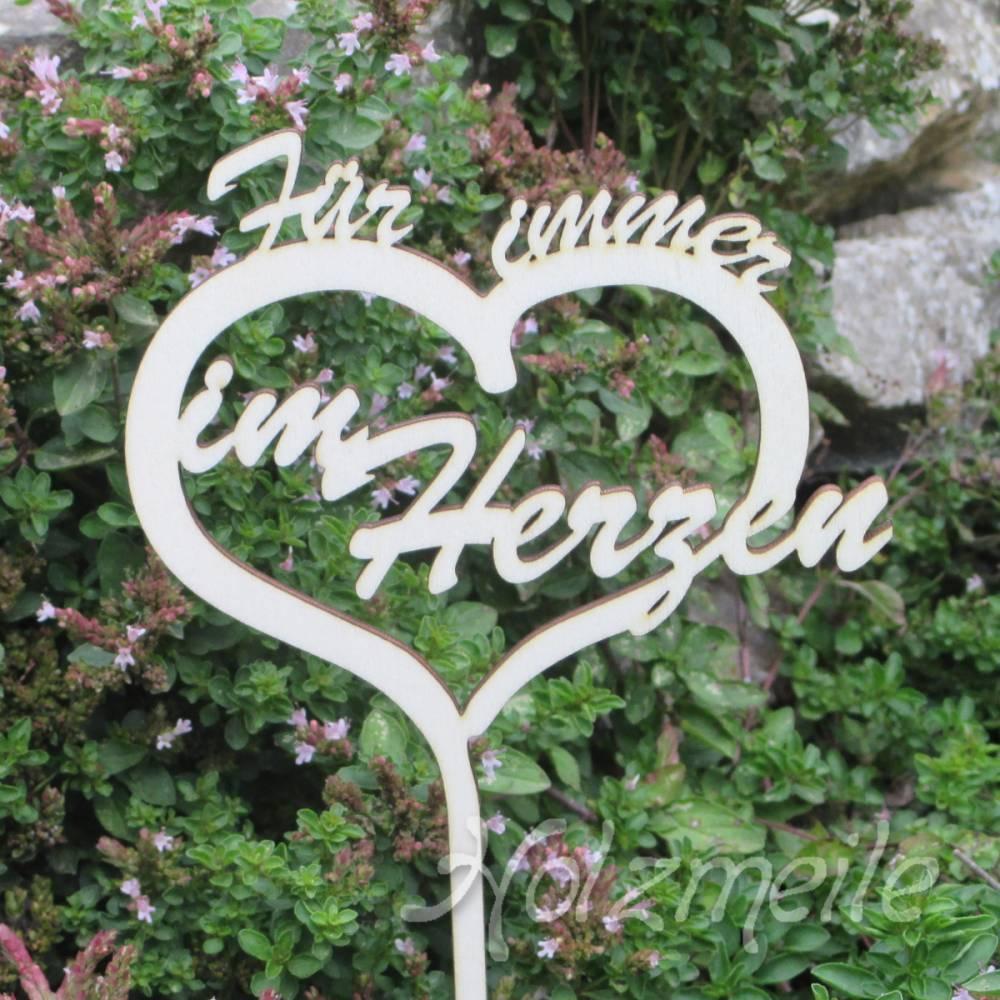 """Grabdekoration Schriftzug """"Für immer im Herzen"""" aus Holz Bild 1"""