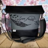 grau Umhängetasche Foldover Tasche Damentasche Kunstleder Love Faith Hope Feder - mit schwarzer Stickerei Bild 1