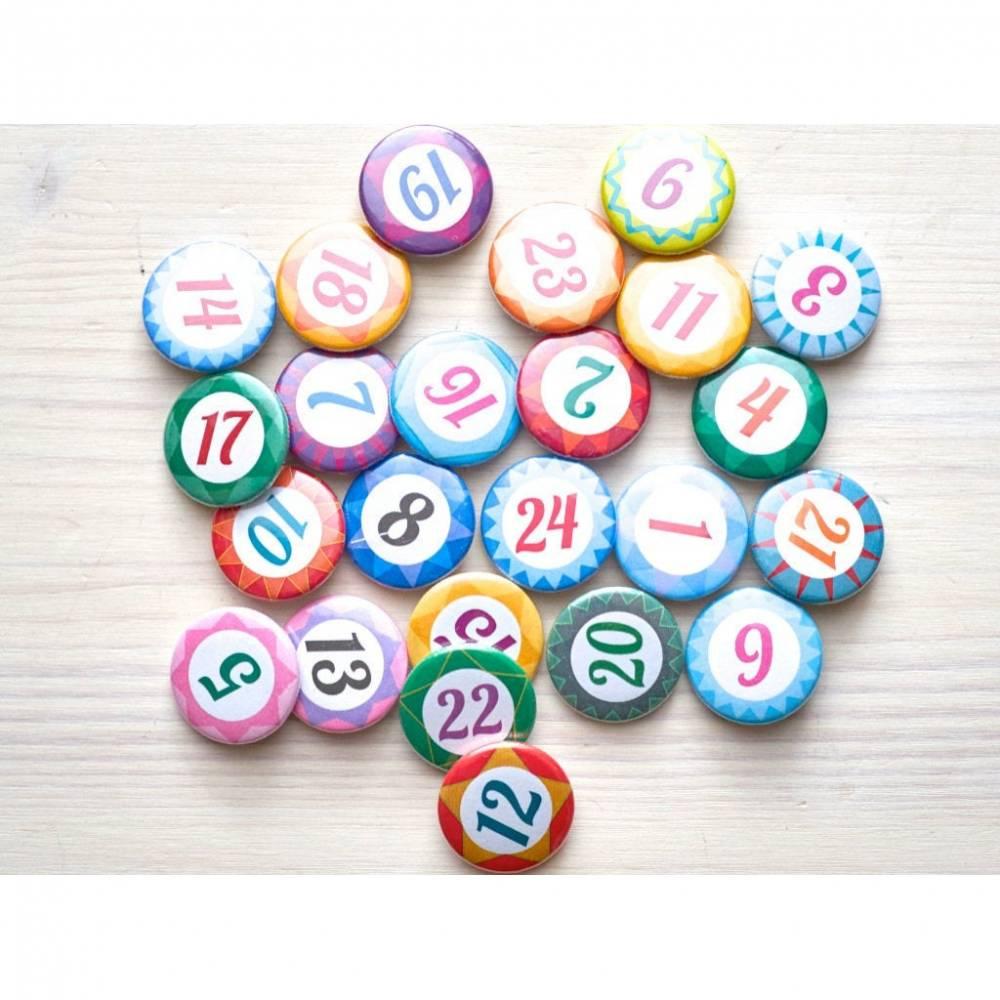Adventskalender Zahlenbuttons, Zahlen Buttons, 1-24 Zahlen, Advent, Weihnachten, DIY Adventskalender, Pins Bild 1