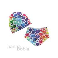 Babyset Mütze und Halstuch mit bunten Herzen auf weiß Bild 1