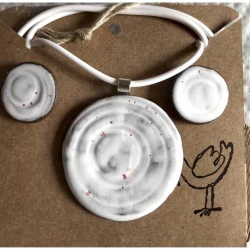 Schmuck-Set aus Keramik: Kette mit weißem Anhänger plus passenden Ohrsteckern