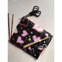 Nadeltasche für Nadelspiele od. Häkelnadeln,  für 15cm lange Sockennadeln, Nadeletui, rosa HERZEN auf schwarz Bild 1